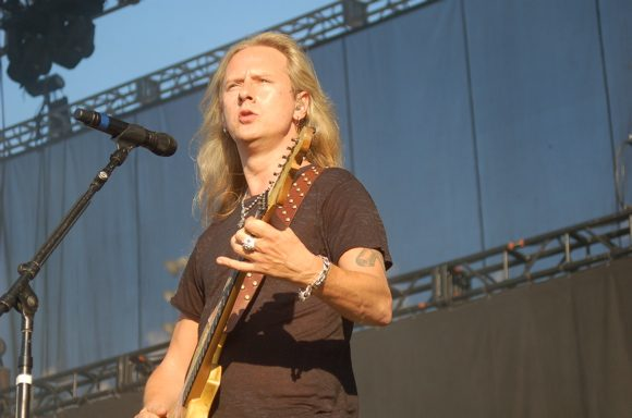 """Jerry Cantrell of Alice in Chains Shares New Single """"Setting Sun"""" Inspired by Dark Nights: Metal: Deluxe Edition"""