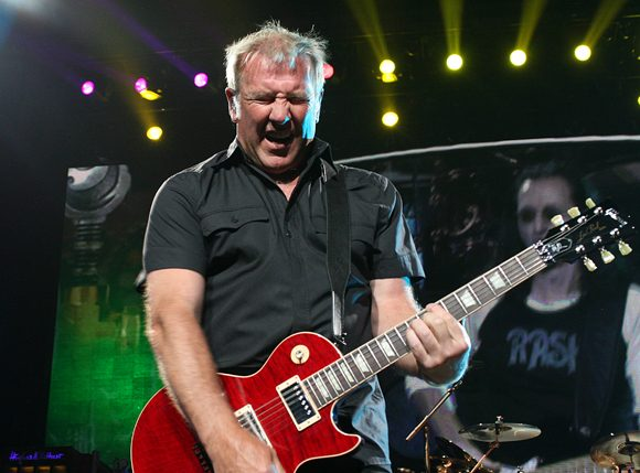 """Guitarist Alex Lifeson Says """"There's no way Rush can exist again"""" Without Neil Peart"""