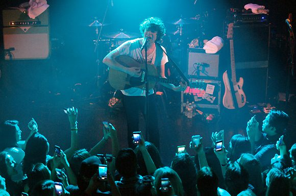 "The Kooks Release Acoustic Cover of Maggie Rogers' Breakthrough Hit ""Alaska"""