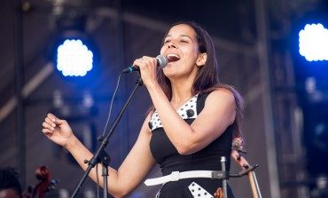 """Rhiannon Giddens And Francesco Turrisi Stroll Along The Beach In New Video For """"Waterbound"""""""