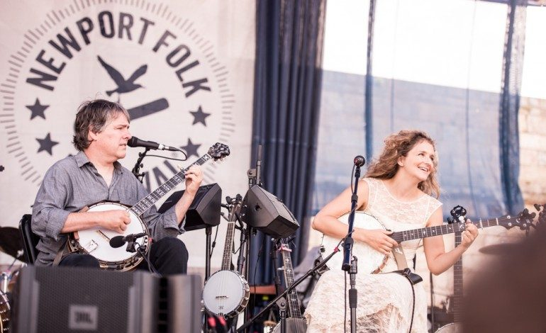 """Bela Fleck And Abigail Washburn Sing About The Holidays With COVID In New Single """"Christmas Time's a Comin' (And I Know I'm Staying Home)"""