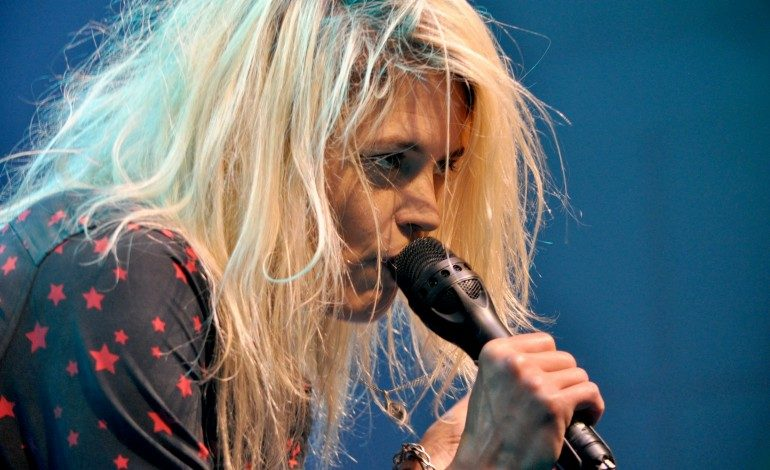 """Alison Mosshart Joins Foo Fighters for Performance of Their New Song """"La Dee Da"""" at CalJam"""