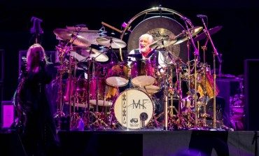 """Mick Fleetwood & Friends Invites David Gilmour To Join For Twining Cover Of Peter Green's """"Albatross"""""""