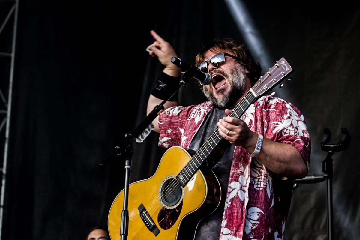 """Jack Black Surprises Fans With Performance of """"Sexx Laws"""" Alongside Beck At The Malibu Love Sesh"""