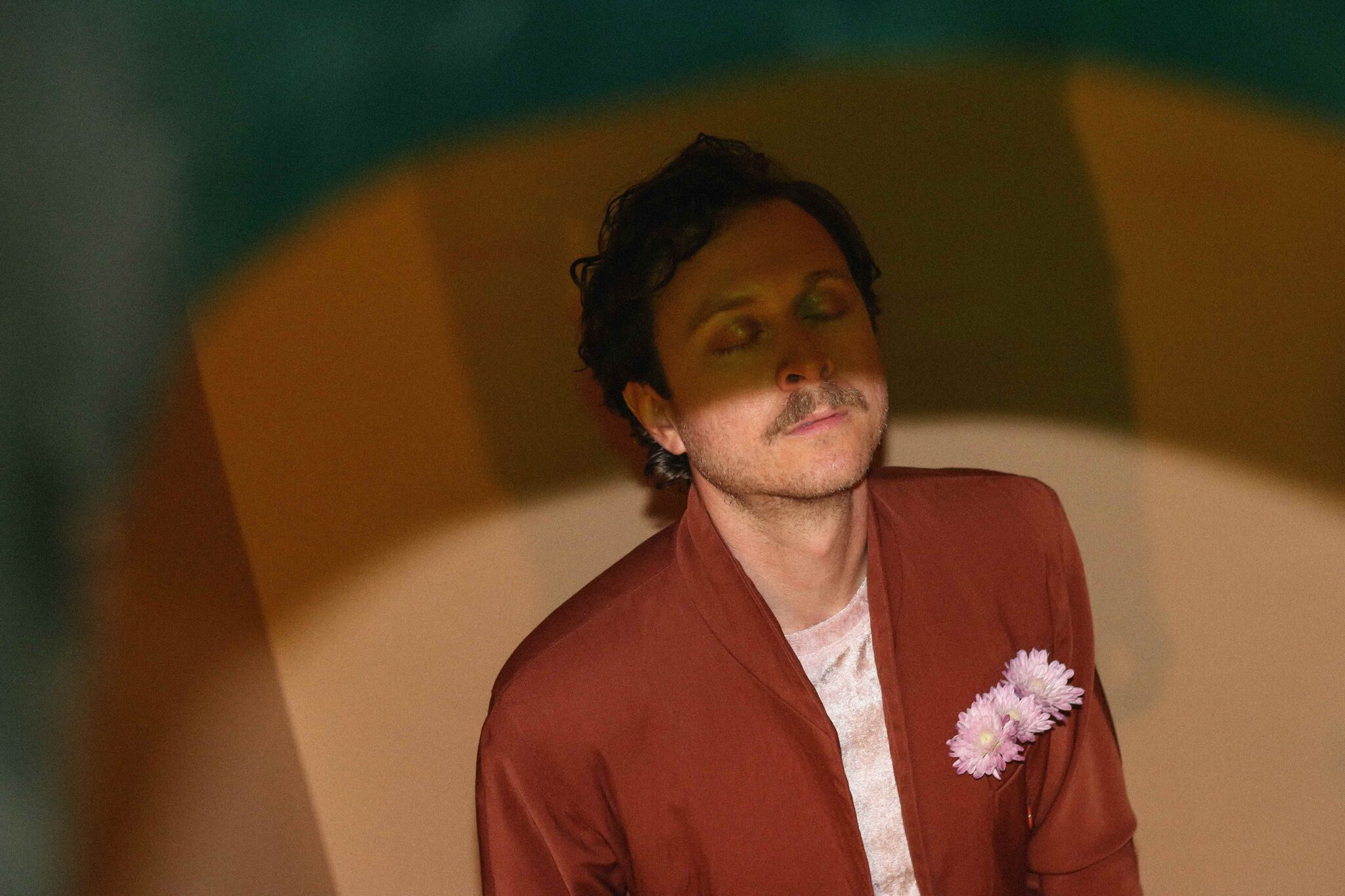 """mxdwn PREMIERE: Dev Ray Soundtracks a Baroque Royal Canine Gathering in New Video for """"Palaces"""""""