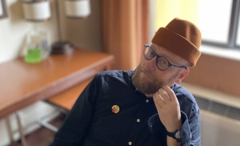 """Mike Doughty of Soul Coughing Announces New Project Ghost of Vroom and Analyzes Social Media in New Video for """"Rona Pollona"""""""